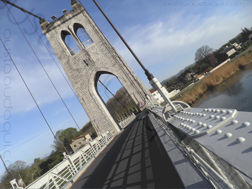 photographie prise le long de l' EuroVelo 17: pont suspendu de La Voulte-sur-Rhône (achevé en 1889 - rénové en 2016) - pilier central