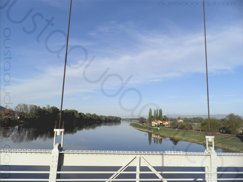 photographie prise le long de l' EuroVelo 17: le Rhône vu depuis le pont suspendu de La Voulte-sur-Rhône (1889) restauré en 2016