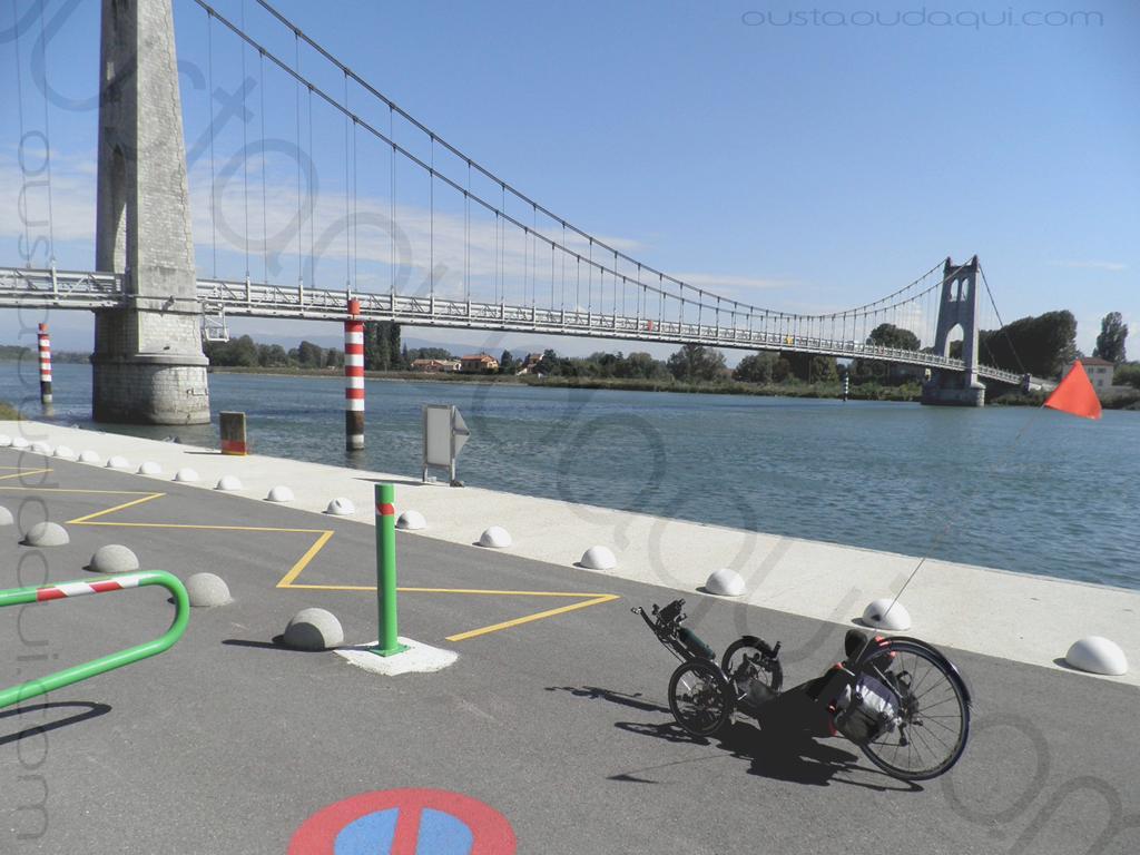 photographie prise le long de l' EuroVelo 17:  tricycle couché catrike 700 sur la voie verte ViaRhôna au pied du pont suspendu de La Voulte-sur-Rhône (achevé en 1889 - rénové en 2016)
