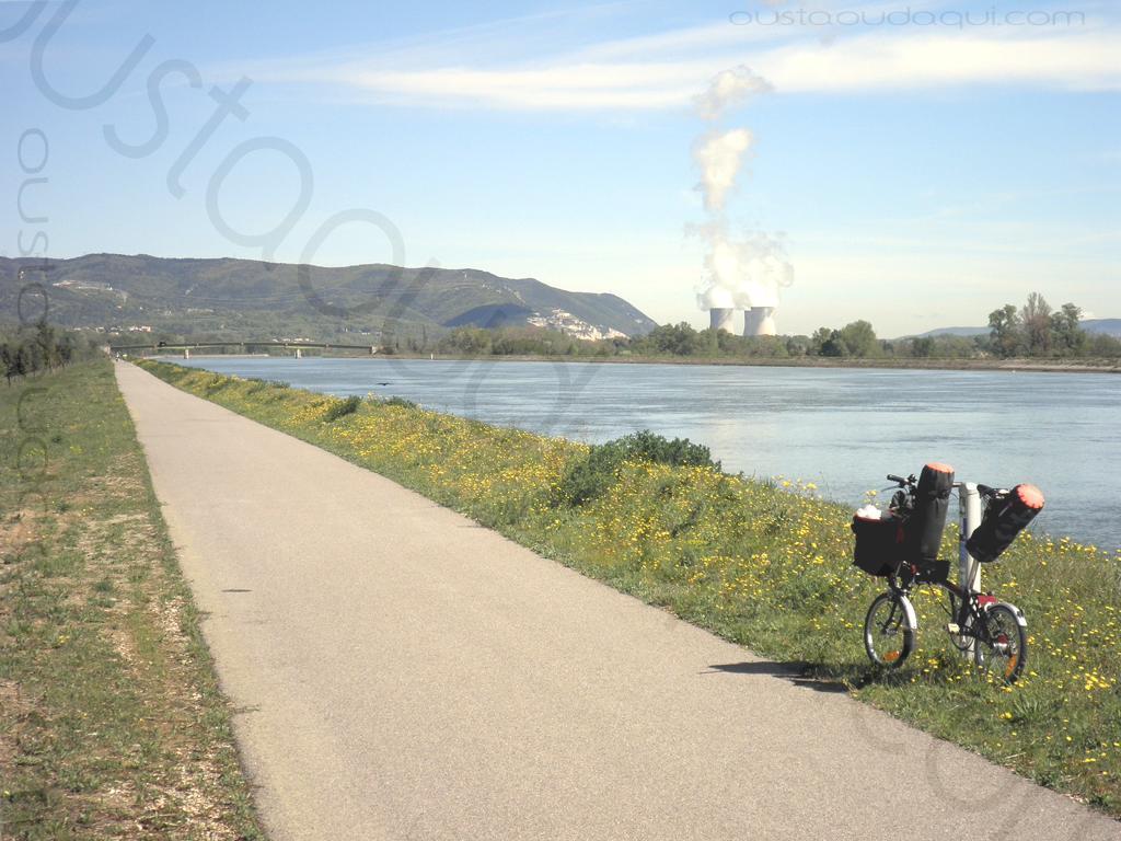 photographie prise le long de l' EuroVelo 17: l'EuroVélo 17 en site propre le long du canal du Rhône près de Montélimar