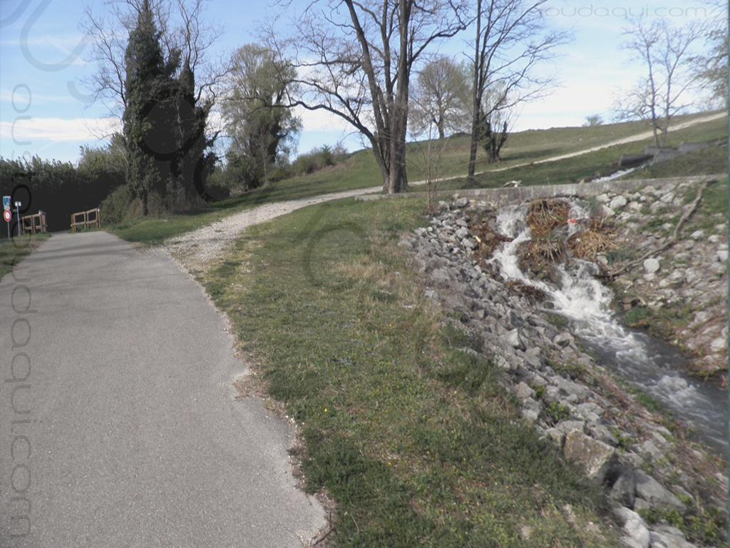 photographie prise le long de l'EuroVelo 17 près de Châteauneuf-du-Rhône