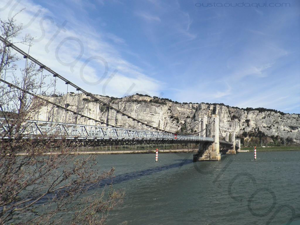 photographie prise le long de l' EuroVelo 17: pont suspendu du Robinet (1847)
