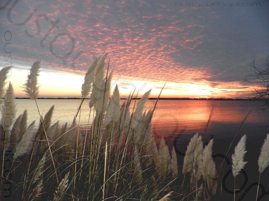 photographie prise le long de l'EuroVelo 8 & EuroVelo 17 (V60B) (V60B): lever de soleil et reflets de cirrocumulus sur l'Etang du Médard au Grau du Roi